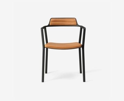 Vipp 451 eetkamerstoel (Black Aluminium Cognac Leather)
